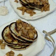 Placuszki jogurtowe z czarnym sezamem, pestkami dyni i karmelizowanymi jabłkami