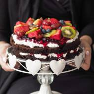 Tort czekoladowy z owocami leśnymi
