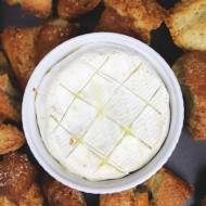 Zapiekany camembert z bagietką
