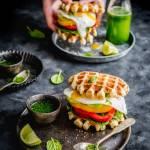 Gofrowe kanapki z warzywami i sadzonym jajkiem