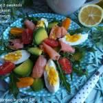 Sałatka z awokado,jajkiem i wędzonym łososiem