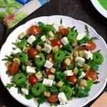 Sałatka z rukolą, grzankami, mozzarellą i zielonym naleśnikiem