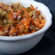 Surówka z marchewki i ogórków kiszonych