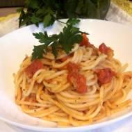 Makaron w sosie pomidorowym z bazylią