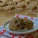 Miękkie ciasteczka z kropelkami czekoladowymi, w jednej misce mieszane...