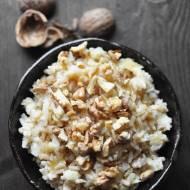 Brązowy ryż z jabłkami i orzechami