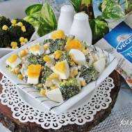 Sałatka brokułowa z ryżem jajkiem i kukurydzą