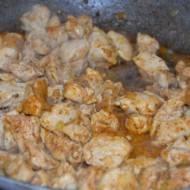 Pierś kurczaka w sosie śmietanowym z pieczarkami i groszkiem