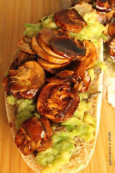 kanapka z pieczarkami  i awokado