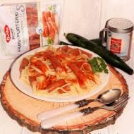 Frankfurterki nadziewane makaronem w sosie pomidorowym