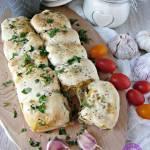 Odrywany chlebek z kurczakiem i serowym środkiem