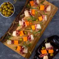 Koreczki z melonem, prosciutto, serem i oliwkami