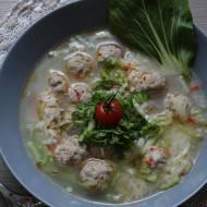 Pikantna zupa z kapusty pak choi z kuleczkami mięsnymi i ryżem