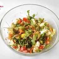 Sałatka z jajkiem, rukolą, kaszą jęczmienną papryką i oliwą z oliwek