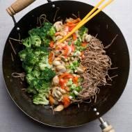 makaron soba z masłem orzechowym i warzywami