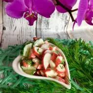 Sałatka z paluszków surimi, rzodkiewki i ogórka