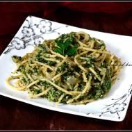 Spaghetti ze szpinakiem i orzechowym pesto