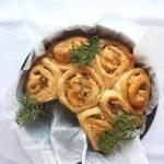 Włoski chlebek drożdżowy z mozzarellą, orzechami i oliwkami