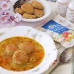 Zupa ogórkowa z pulpecikami z kaszy jęczmiennej.