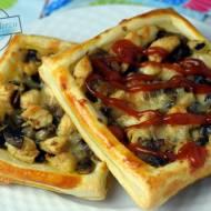 Przekąska z ciasta francuskiego – z kurczakiem i pieczarkami