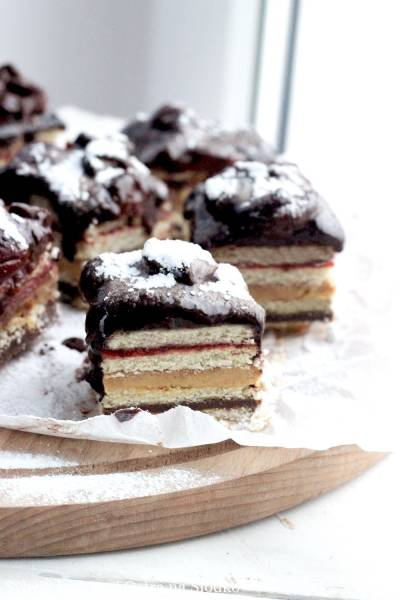 KOSTKA ORZECHOWO-WIŚNIOWA BEZ PIECZENIA – ciasto w 10 minut!