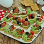Krakersy z pomidorową pastą z indyka