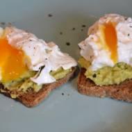 Jajka w koszulkach na ciemnym chlebie