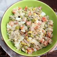 Szybka sałatka z tuńczykiem, jajkami, marchewką i groszkiem