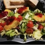 Sałatka ze smażonym serem Camembert i żurawiną