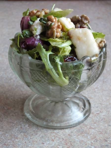 Sałatka z gruszką, serem pleśniowym i karmelizowanymi orzechami.