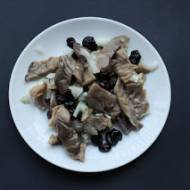 """Boczniaki w oleju z żurawiną i cebulą (a'la wegańskie """"śledzie"""")"""