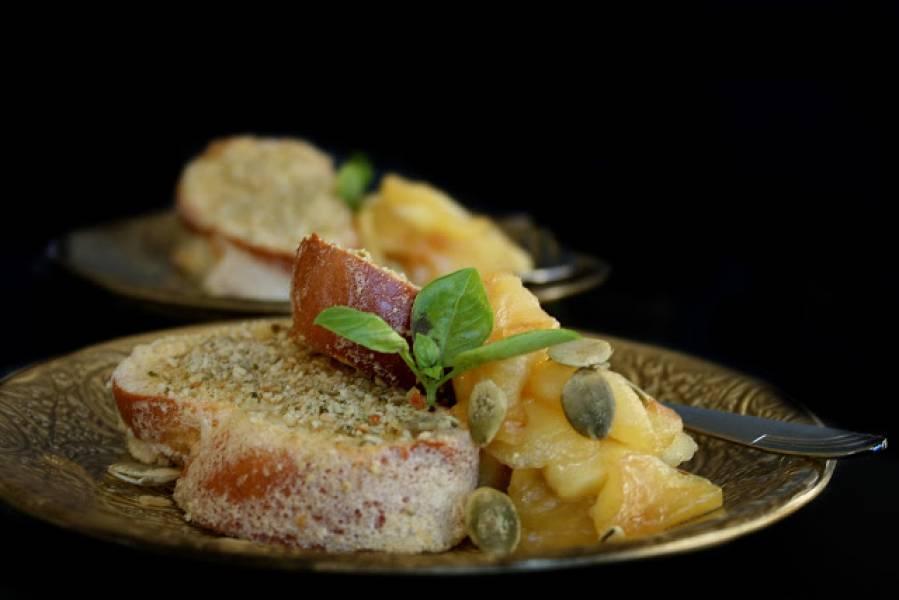 Pieczona chałka w piance z chrupiącą posypką dyniowo- migdałową podana z karmelizowanymi jabłkami