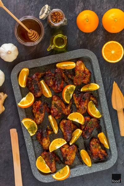 Skrzydełka pieczone w miodzie z pomarańczami, czosnkiem, imbirem i chili