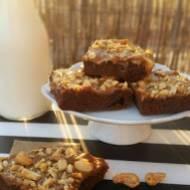 Brownie bezglutenowe z masą kajmakową i orzechami