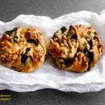 Drożdżowe bułeczki z jarmużem i orzechami (bez laktozy)