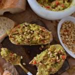 Guacamole z pomidorami, papryką i prażonymi orzeszkami pini!