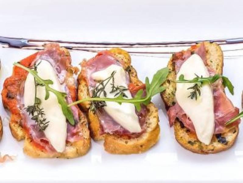 Bruschetta z szynką parmeńską i mozzarellą