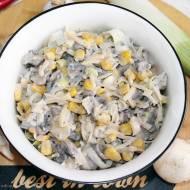 Sałatka pieczarkowo-serowa z kukurydzą i sosem czosnkowym