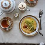 Poranny omlet z owocami, konfiturą i orzeszkami ziemnymi