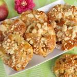 Składane drożdżówki z jabłkami i kruszonką