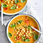 Szybkie curry z dyni z cieciorką, ajvarem i pistacjami.
