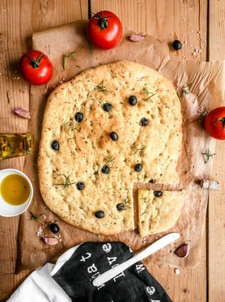 Focaccia z oliwkami, ziołami i czosnkiem