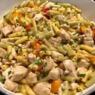 Kurczak z makaronem w sosie serowym – szybkie danie jednogarnkowe!