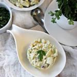 Czosnkowa sałatka brokułowa z paluszkami krabowymi