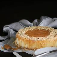 Kremowy sernik na orzechowym spodzie – masa serowa bez masła, mąki i cukru