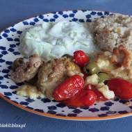 Kurczak zapiekany z pomidorkami, mozzarellą i oliwkami