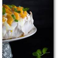 Cynamonowa beza z bitą śmietaną z ricottą i pomarańczami