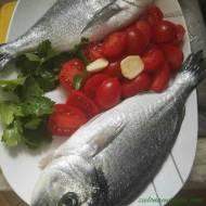 Dorada ryba śródziemnomorska z pomidorkami