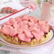 Walentynkowa szarlotka z kawałkami jabłek i bakaliami.