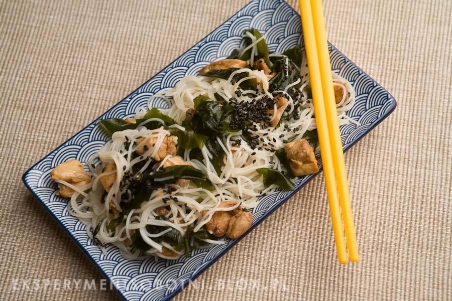sałatka z makaronu ryżowego, kurczaka i wodorostów wakame